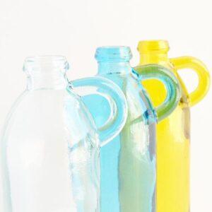 Detalle botella retro de cristal con asa