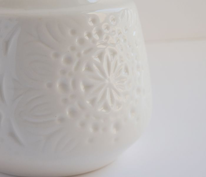 Detalle diseño jarrón peonza blanco