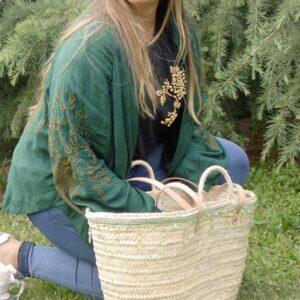 Capazo de paja con decoración verde