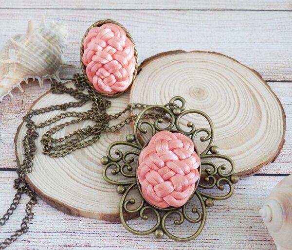 Conjunto de collar y anillo estilo vintage en salmón