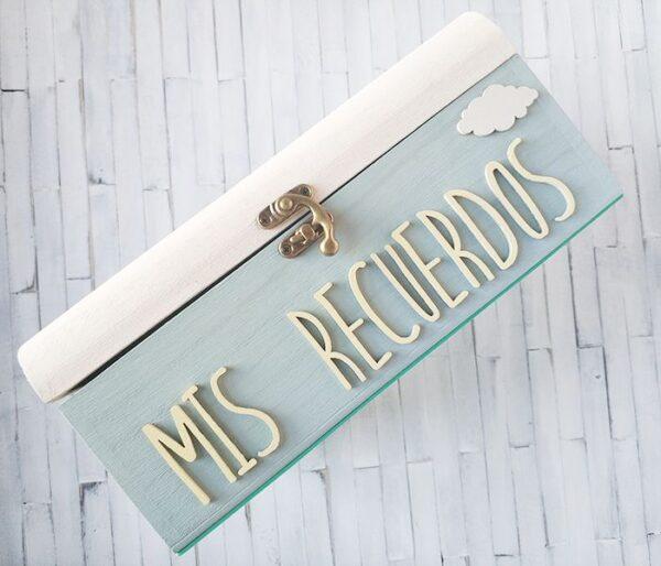 Lateral de la caja de recuerdos. Diseño en amarillo pastel y menta con dibujo de una nube
