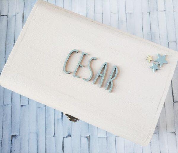 Tapa de la caja de recuerdos para César. Tonos pastel y fondo blanco.