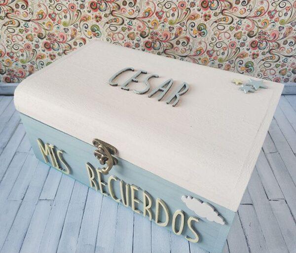 Caja de recuerdos para César. Tonos amarillo pastel y menta con figurita de nube en blanco.