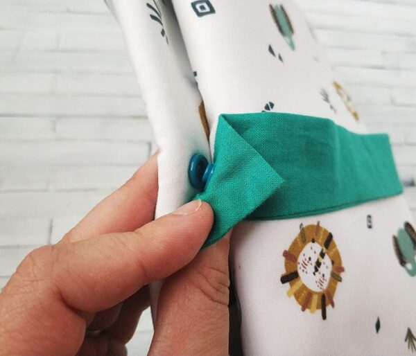 Detalle cierre con corchete de la pañalera cambiador, marca Zana Creaciones
