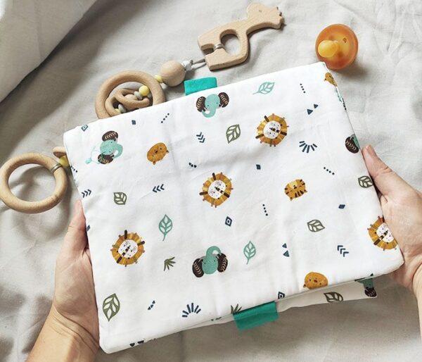 Foto frontal de la pañalera cambiador con estampado de animales, marca Zana Creaciones