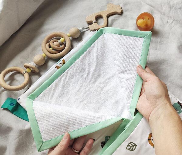 Detalle del algodón impermeable del cambiador de la pañalera, marca Zana Creaciones.